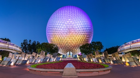 Spaceship Earth cerca de 2 trenes de monorriel