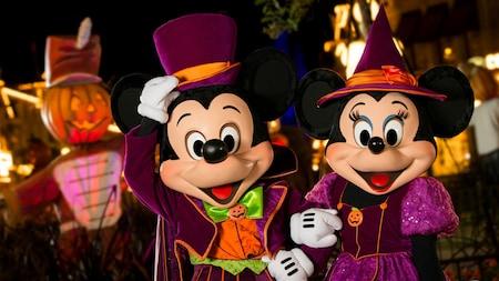 Mickey et Minnie Mouse vêtus de leurs plus beaux habits d'Halloween au Mickey's Not So Scary Halloween Party