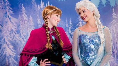 Les personnages de Frozen Anna et Elsa se sourient