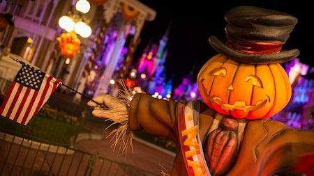 Um espantalho com cabeça de abóbora no Mickey's Not-So-Scary Halloween Party, no Magic Kingdom park