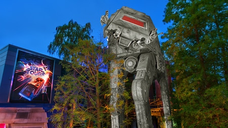 Letrero de Star Tours – The Adventures Continue cerca de un vehículo AT-AT en Disney's Hollywood Studios