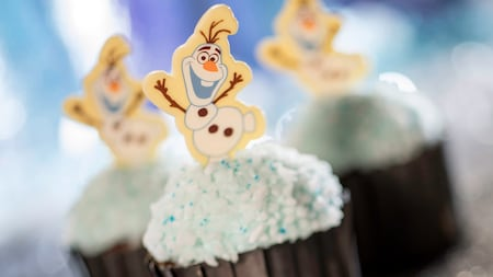 3 cupcakes con decoraciones de Olaf de Frozen