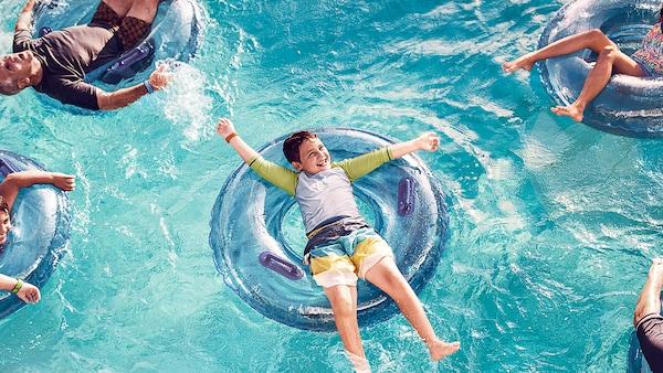 Plusieurs personnes dans une piscine flottant sur des bouées
