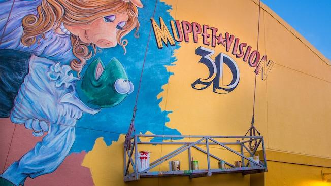 Un mural en el costado del edificio Muppet*Vision 3D muestra a Miss Piggy sosteniendo a Kermit the Frog