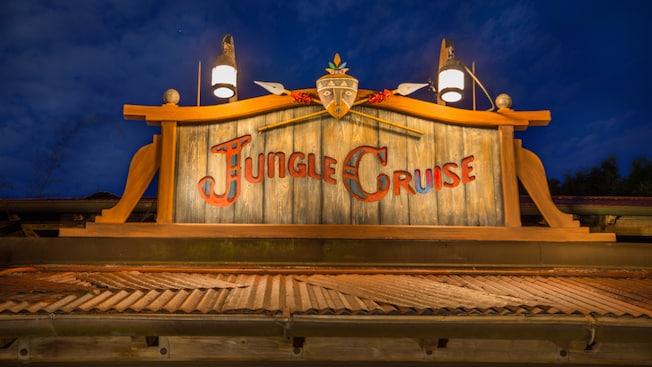 """Un grabado de madera que dice """"Jungle Cruise"""" sobre un edificio"""