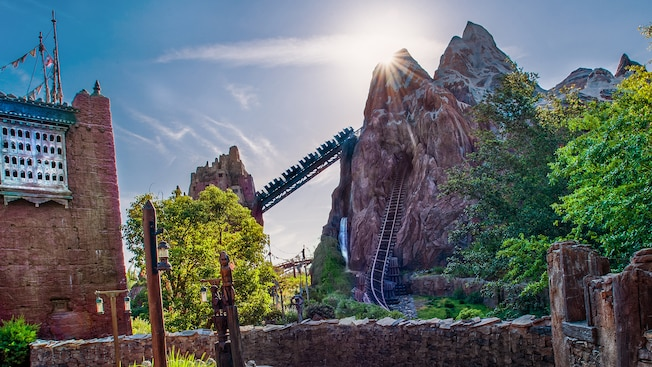 Um trem sobe o Mt. Everest no Expedition Everest - Legend of the Forbidden Mountain