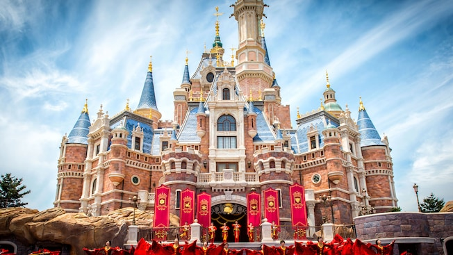 Un espectáculo diurno frente a Enchanted Storybook Castle, en Shanghai Disneyland en China.