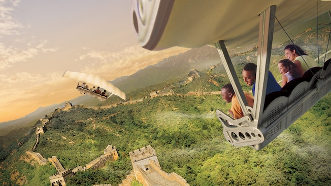 Una familia de Visitantes sonríe mientras vuela por encima de la Gran Muralla China en Soarin' Around the World