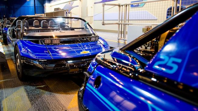 Deux jeunes hommes rient de bon cœur au volant d'une voiture SIM au Test Track présenté par Chevrolet