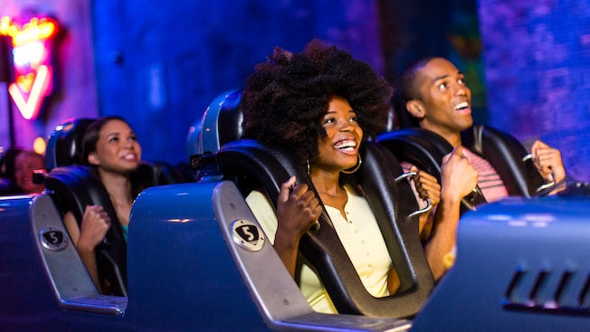 Pessoas em carros do Rock 'n' Roller Coaster Starring Aerosmith no Disney's Hollywood Studios