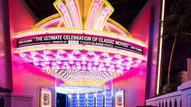 Au-dessus du hall d'un cinéma simulé se trouve une marquise sur laquelle on peut lire « Now playing, The ultimate celebration of classic movies, presented by T C M, Turner Classic Movies »