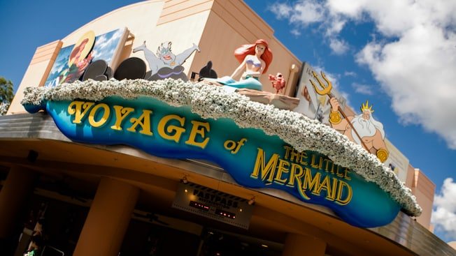 "Exterior do prédio e sinalização com o texto ""Voyage of The Little Mermaid"""