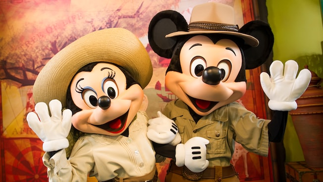 O Safari Mickey e o Safari Minnie acenam na frente do Adventurers Outpost