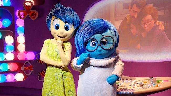 """Joy y Sadness de la película de """"Inside Out"""" de Disney•Pixar posan durante el saludo a los Personajes"""