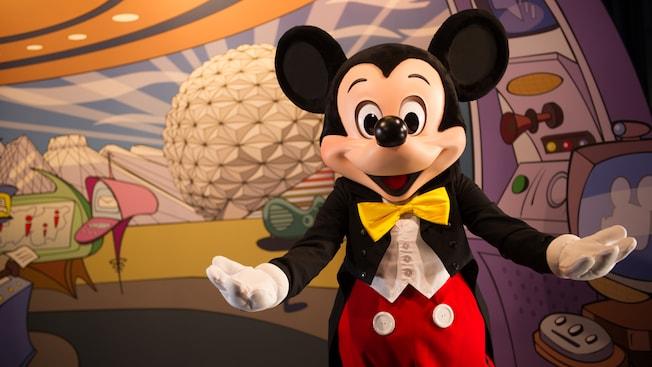 Mickey abre seus braços em um gesto de boas-vindas no Encontre os amigos da Disney no Epcot Character Spot