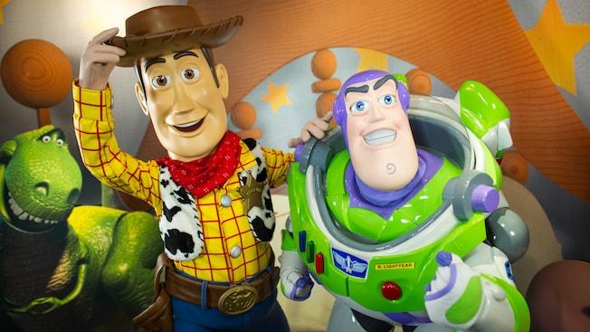 Woody y Buzz Lightyear, estrellas de las películas de Toy Story de Disney•Pixar, en Pixar Place