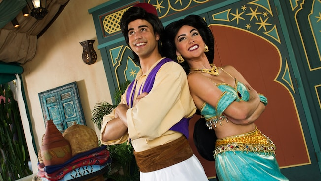 Aladdin et la princesse Jasmine debout dos à dos à Adventureland au parc Magic Kingdom