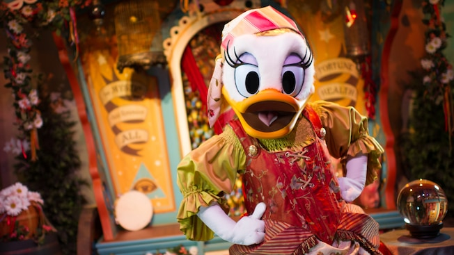 Daisy Duck dans le rôle de Madame Daisy Fortuna, à Pete's Sideshow à Fantasyland, au parc Magic Kingdom