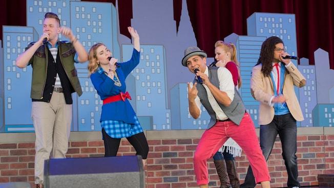 Cantantes vestidos con ropas elegantes actúan durante el American Music Machine en American Adventure, en Epcot