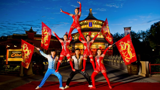 Integrantes do grupo Jeweled Dragon Acrobats fazem uma pirâmide no Pavilhão da China