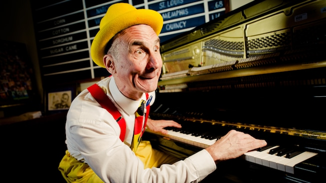O pianista Yehaa Bob Jackson diverte no River Roost Lounge na área do Downtown Disney Resort