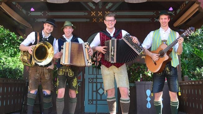 Integrantes de la agrupación de música bávara Wies N Buam con instrumentos en mano en el pabellón de Alemania en Epcot