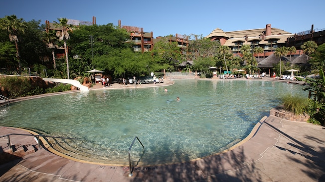 A Samawati Springs Pool no Disney's Animal Kingdom Lodge tem profundidade de entrada zero e tobogã aquático.