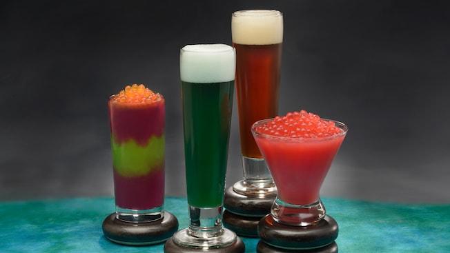 Dos bebidas congeladas cubiertas con bolitas de tapioca y dos cervezas servidas en vasos Pilsner