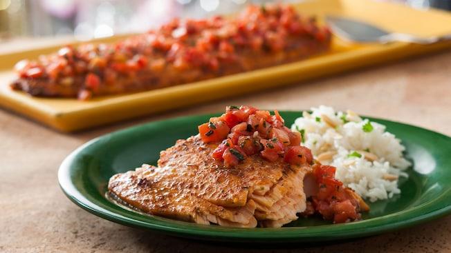 Prueba una variedad de deliciosos platos exóticos en Tusker House Restaurant, como el salmón al horno marinado en peri-peri.