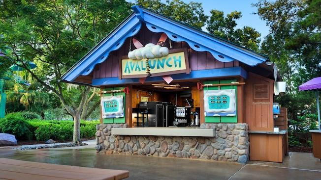 Área exterior de Avalunch, un restaurante de servicio rápido en el Parque Acuático Disney's Blizzard Beach.