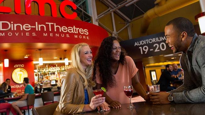 Unos amigos disfrutan bebidas en MacGuffins, dentro del cine AMC Disney Springs24