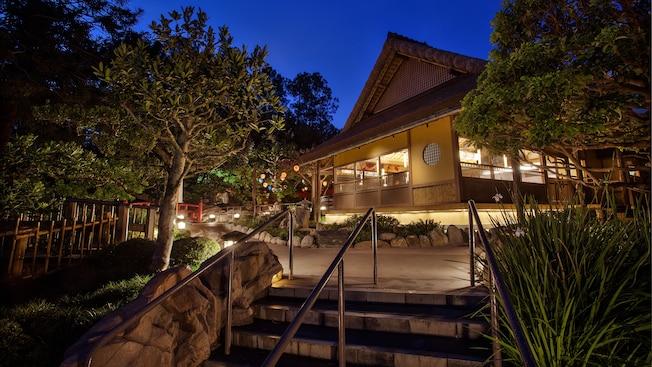 Le Katsura Grill à Epcot, éclairé la nuit