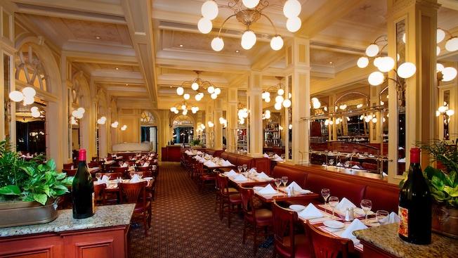 Área de refeições com mesas arrumadas para o jantar no Chefs de France, no Pavilhão da França do Epcot