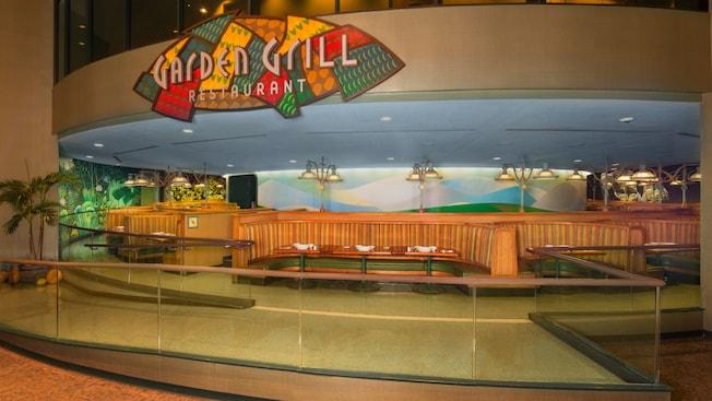 Chip y Dale saludan a las familias que comen en el restaurante Garden Grill