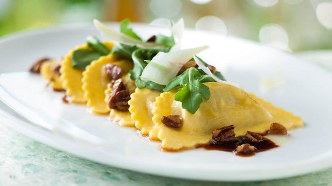 Un plato de deliciosos ravioli