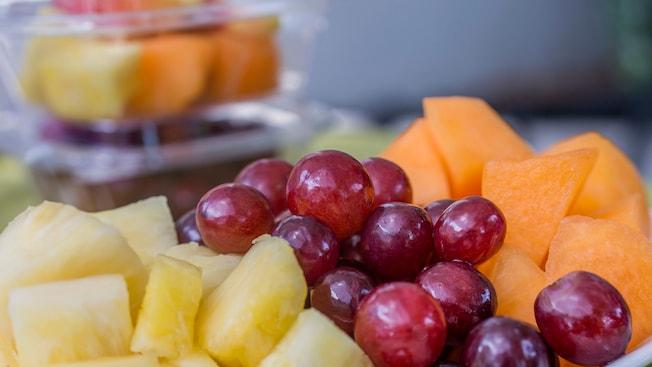 Piña recién cortada, melón y uvas en Anaheim Produce, en Walt Disney World Resort