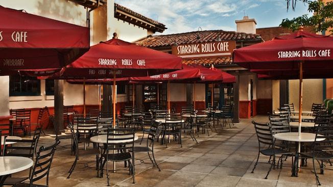 Places assises à l'extérieur du StarringRollsCafé