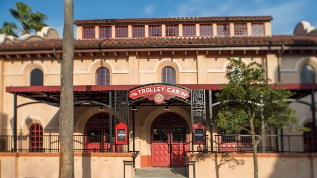Panneau du Trolley Car Café, signalant l'entrée de l'emplacement à l'architecture coloniale espagnole.