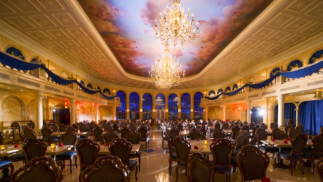Interior do grande Salão de Baile no restaurante Be Our Guest na New Fantasyland no Magic Kingdom Park