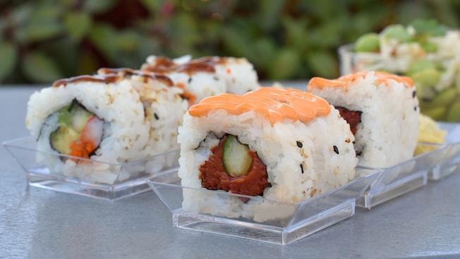 Pedazos de sushi cubiertos con salsa