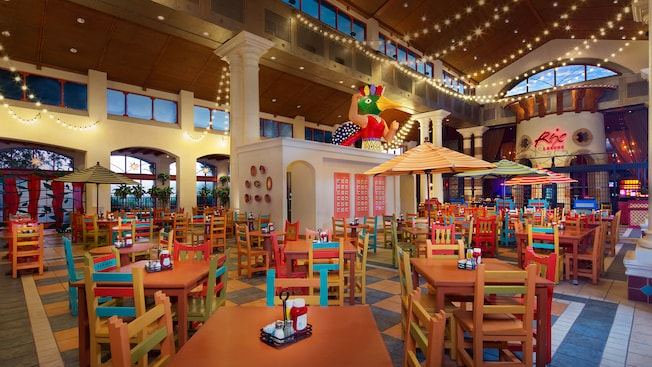 Área de estar aberta no Pepper Market, no Disney's Coronado Springs Resort