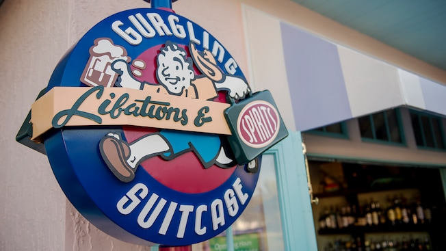 Uma placa externa apresentando o Gurgling Suitcase Libations & Spirits, no Disney Old Key West Resort