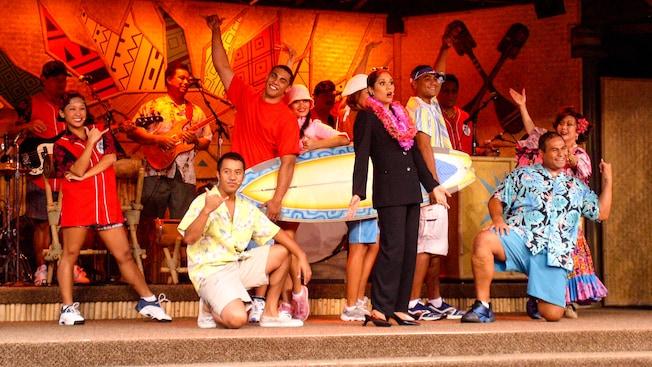 Artistas en el escenario de Disney's Spirit of Aloha Dinner Show
