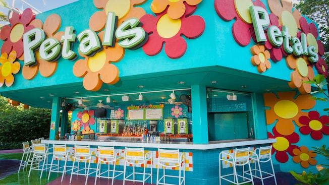 O bar ao ar livre Petals Pool Bar, decorado com grandes flores estilizadas coloridas