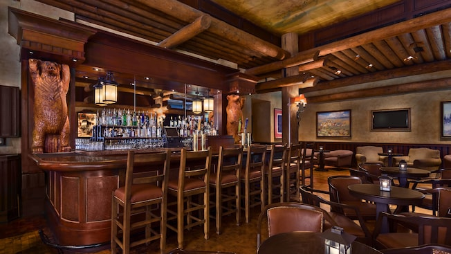 O lounge inspirado na fronteira relembra um salão dos velhos tempos com pintura de alce nas paredes e esculturas de ursos feitas de madeira por todo o bar