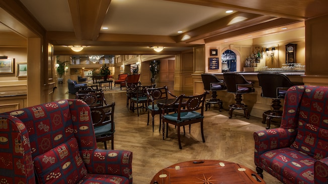 Área de lounge com poltronas próximas ao saguão do Disney's Yacht Club Resort