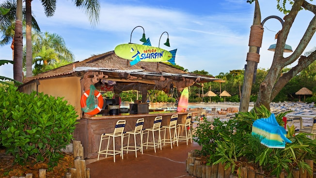 Bar de piscina Let's Go Slurpin' com serviço de balcão e tema de praia no Disney's Typhoon Lagoon Water Park
