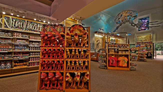 Exibição de bonecos de T-rex dentro do Dino Institute Gift Shop, no Disney's Animal Kingdom Theme Park.