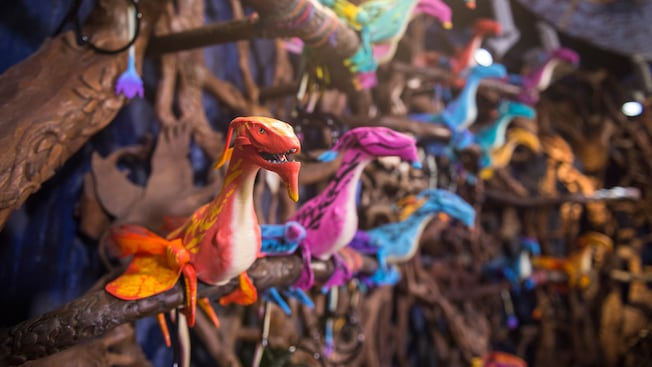 Banshees de juguete en exhibición en el interior de la tienda Windtraders, ubicada en Pandora – The World of Avatar