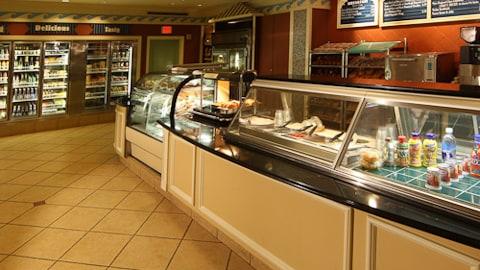 Beach Club Marketplace, incluye un mostrador de sándwiches y refrigeradores con bebidas
